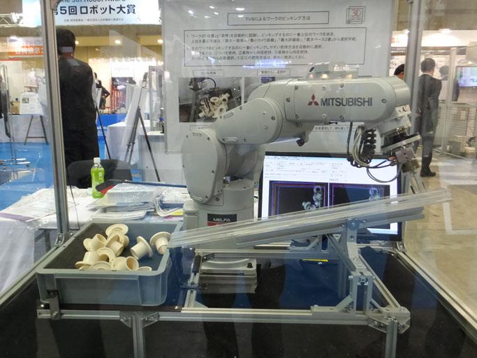 ロボットに取り付けることでピッキング作業を可能にする三次元メディアのセンサー。(出典:http://robotics.sblo.jp/article/80148099.html)