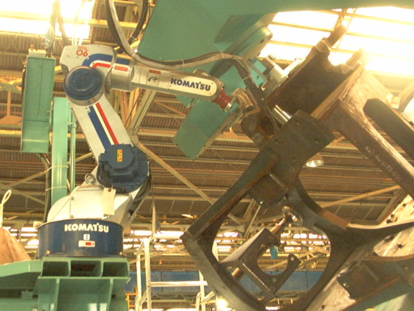 "日本企業がリードする産業用ロボット市場。しかし課題は山積だ。 ""Welding robot system 002"" by KOMATSU Ltd. - KOMATSU Ltd.. Licensed under CC BY-SA 2.1 jp via ウィキメディア・コモンズ - https://commons.wikimedia.org/wiki/File:Welding_robot_system_002.jpg#/media/File:Welding_robot_system_002.jpg"