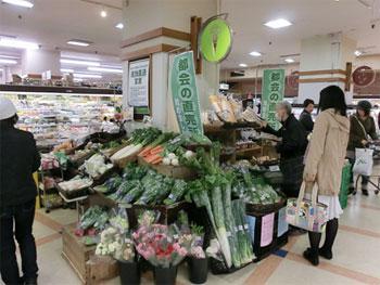 農業総合研究所が展開する「都会の直売所」。「道の駅」などで売られているような生産者が好んで生産した農産物を都会のスーパーで購入できるビジネスモデルだ。(出典: http://j-net21.smrj.go.jp/expand/agriculture/entry/20130318101.html )