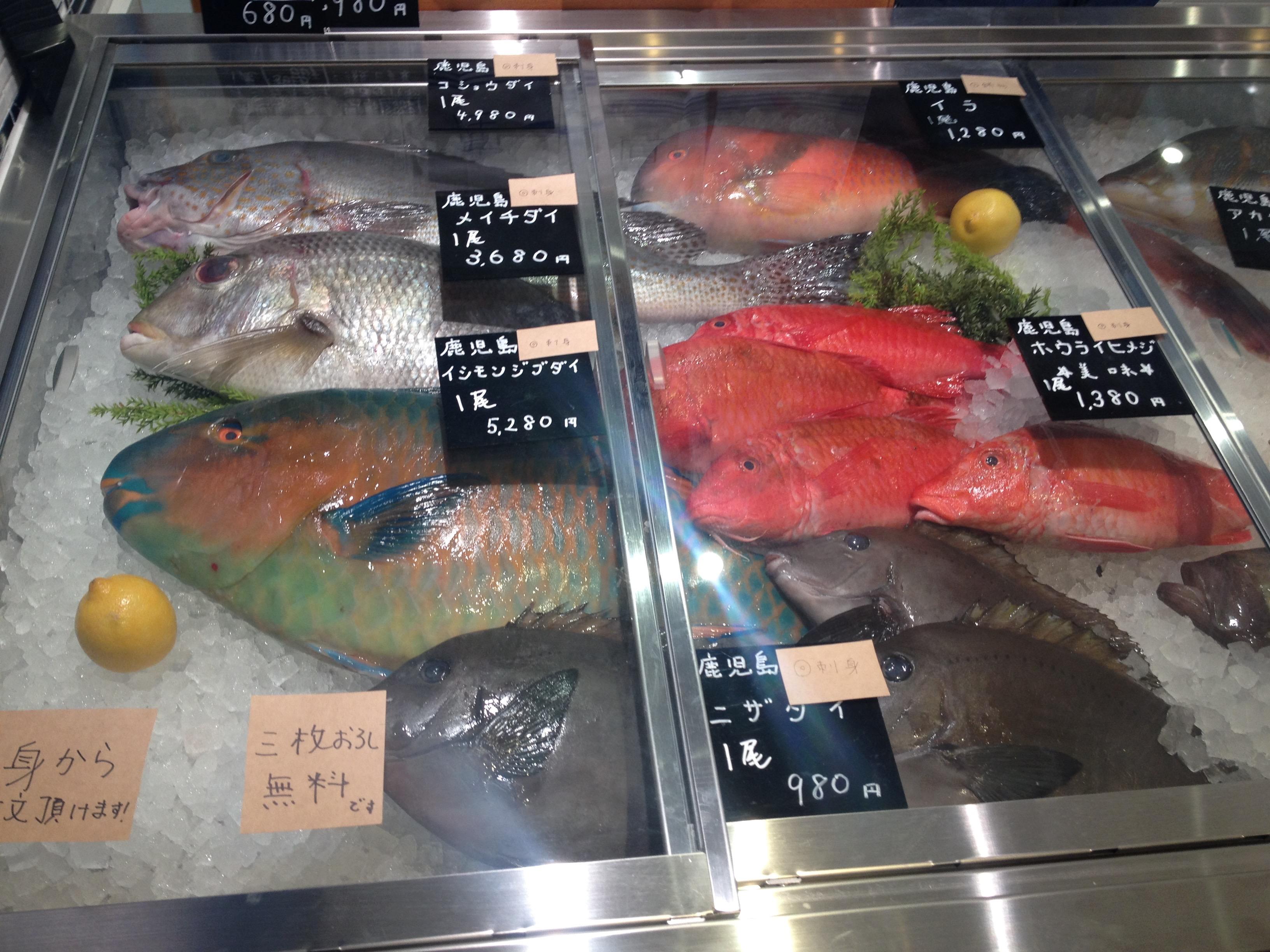 フーディソンが運営するsakana baccaが販売する魚介類。直売で販売される魚の中には築地でも珍しいものもあるが、サイズ・大きさ・加工の度合いなど状況に応じたITによる情報整理も行われている。(出典:筆者撮影)