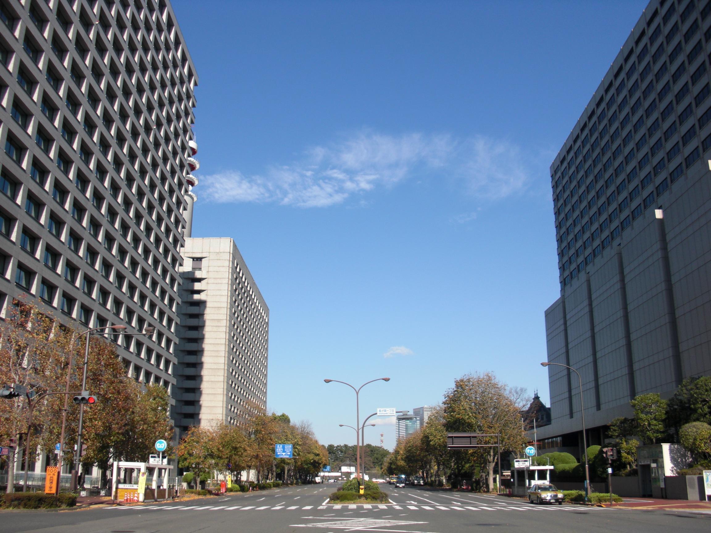 """日本の高学歴層が集まる霞ヶ関。この人材をスタートアップに転職させると、成長する企業が出てくるかもしれない。(""""Kasumigaseki 1 and 2 chome, Chiyoda"""" by Miyuki Meinaka - 投稿者自身による作品. Licensed under パブリック・ドメイン via ウィキメディア・コモンズ - https://commons.wikimedia.org/wiki/File:Kasumigaseki_1_and_2_chome,_Chiyoda.jpg#/media/File:Kasumigaseki_1_and_2_chome,_Chiyoda.jpg)"""