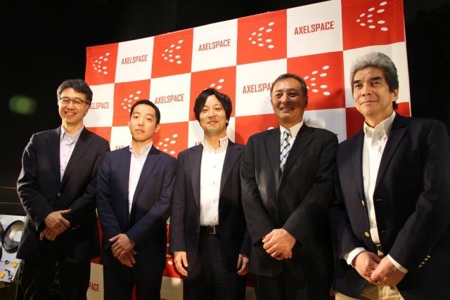 アクセルスペースのパネルディスカッションの参加者。左から二番目が投資を行う青木英剛氏。日本唯一の宇宙開発をバックグラウンドに持つベンチャーキャピタリストだ。(参考:http://japan.cnet.com/news/service/35074785/2/)