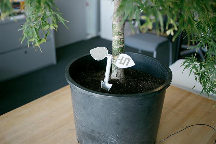 土の中にある水分量を計算し最適な水やりの方法を伝えられるセンサー。通常数十万円かかるが、東京大学発ベンチャー企業であるSensprout(センスプラウト)のものを使うと数千円でできる可能性が秘められている。(参考:https://www.indiegogo.com/projects/changing-global-agriculture-by-sensprout#/story)