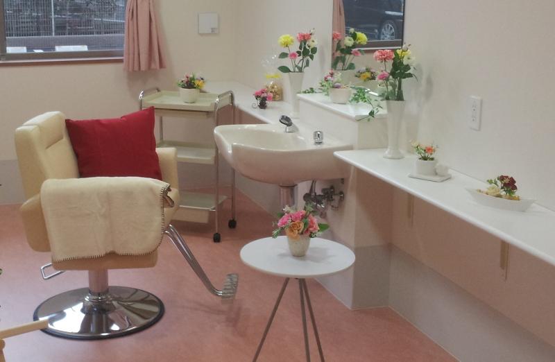ディチャーム株式会社の訪問美容。福祉施設で営業するがサロンにいるかのような装飾を行うのが特徴だ。補助金適用外となるこのようなビジネスこそシニアベンチャー企業/スタートアップが取り組むべき領域といえよう。(参考:http://ameblo.jp/dignitycharm-blog/entry-12124335422.html)